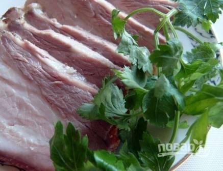 Горячую грудинку можно сразу подавать к столу с гарниром. Если вы готовили ее в качестве холодной закуски, поставьте до полного остывания под пресс.