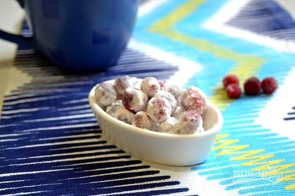 Перед подачей еще раз обваляйте конфеты в сахарной пудре. Вкусное и полезное угощение готово!