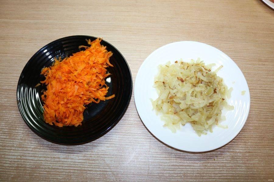 Лук и морковь почистите. Морковь натрите на крупной тёрке, лук нарежьте кубиками. Обжарьте овощи на небольшом количестве подсолнечного масла.
