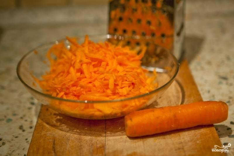 Чистим лук, морковь, паприку, чеснок. Морковь натераем на тёрке. Лук, чеснок, паприку нарезаем полосками.