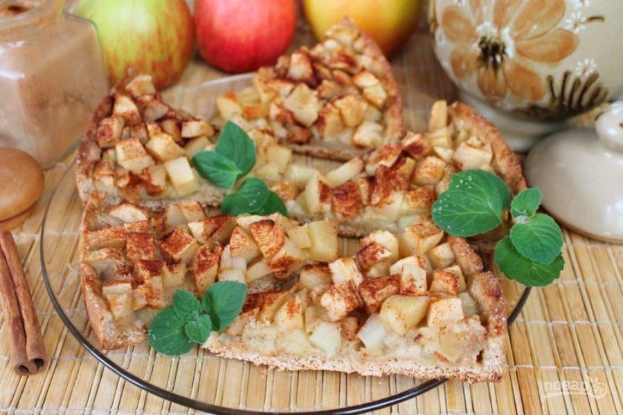Открытый овсяный пирог с яблоками и корицей готов, угощайтесь!