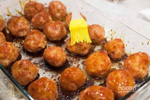 4.Отправьте шарики опять в духовку на 15-20 минут, снова запекайте. Готовые шарики также смажьте глазурью.