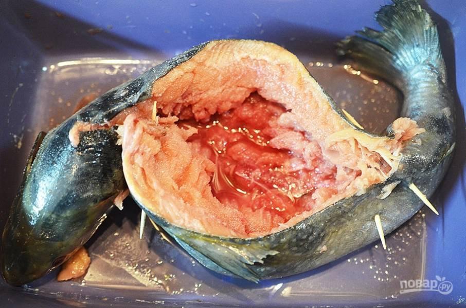 7. Рыбу разрежьте  по спине, оставив брюхо целым. Удалите кости, жабры и требуху.