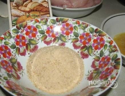 Еще в одну миску насыпаем панировочные сухари. В них можно добавить молотую паприку, тогда палочки будут яркого цвета.