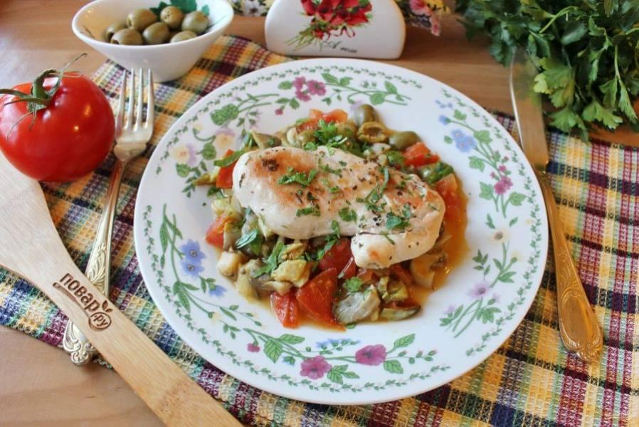 """Посыпьте блюдо нарезанной зеленью и подавайте к столу. Курица """"Суприм"""" готова. Приятного аппетита!"""