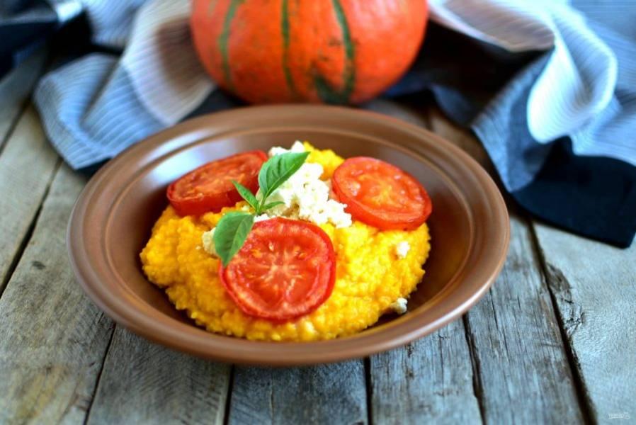 Подавайте тыквенную поленту горячей, добавив по вкусу раскрошенную брынзу и обжаренные на масле кружочки помидоров.