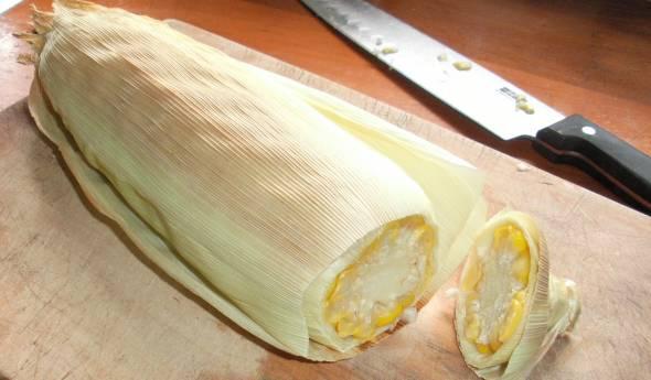 2. Еще горячую кукурузу нужно очистить от листьев. Сделать это можно довольно быстро - вот как. Срезать около 2 сантиметров у основания так, чтобы захватить все листья.