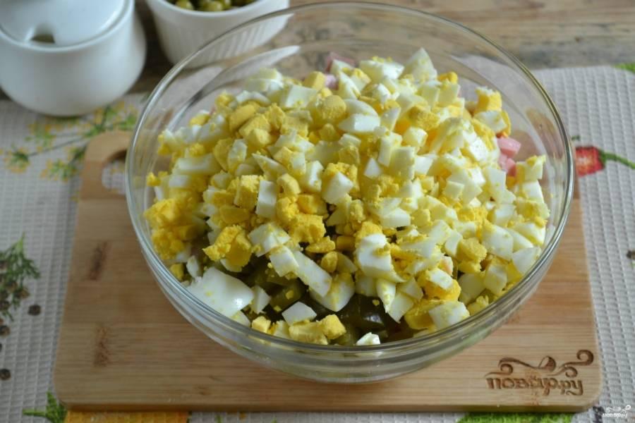 Варёные яйца порежьте или тоже измельчите при помощи винегретницы.