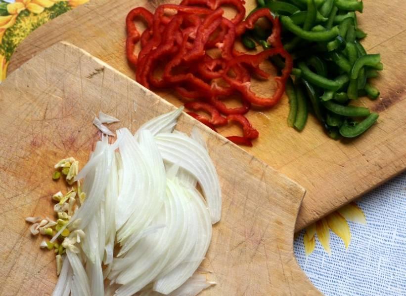 Тонко нашинкуйте лук и перец, мелко порубите чеснок.