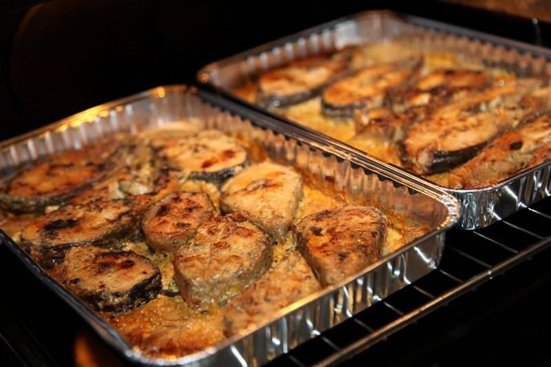 Отправляем рыбку в разогретую до 180 градусов духовку на 20-25 минут, если хотите нежную рыбку в соусе, или на 40 минут, если хотите стейки с хрустящей корочкой.