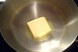 Пока варятся макароны, приступим к подготовке соуса. В сотейнике топим на среднем огне кусочек сливочного масла.
