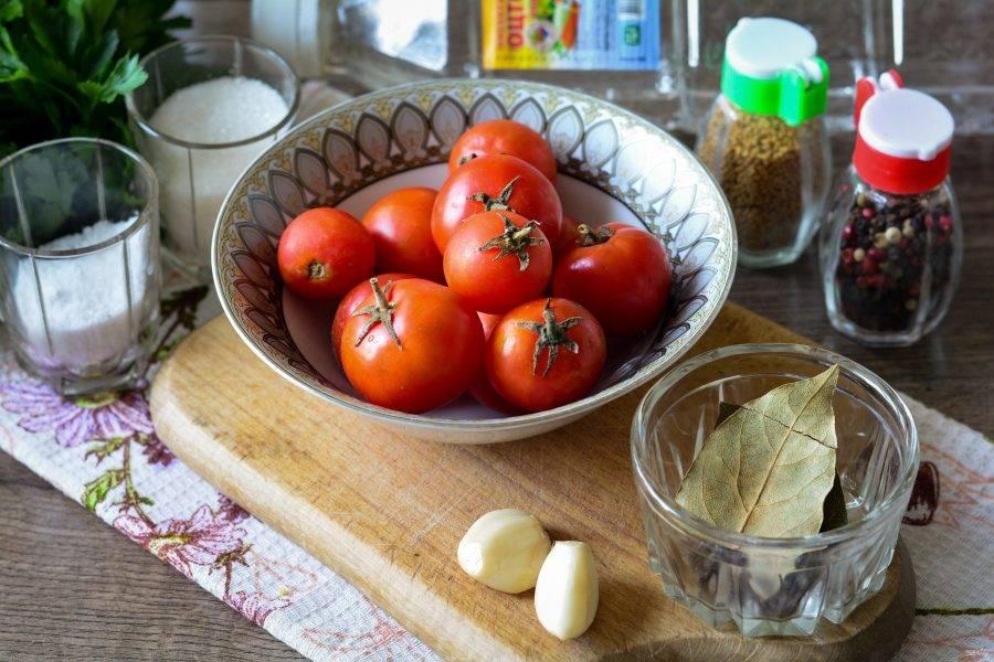 Подготовьте ингредиенты для приготовления консервированных помидоров черри.