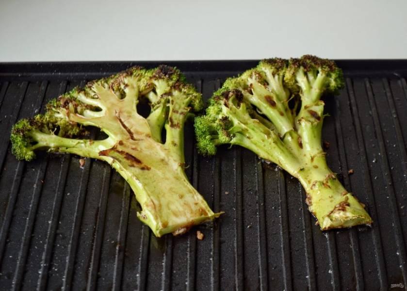Затем смажьте их соусом и жарьте до коричневой корочки с каждой стороны.