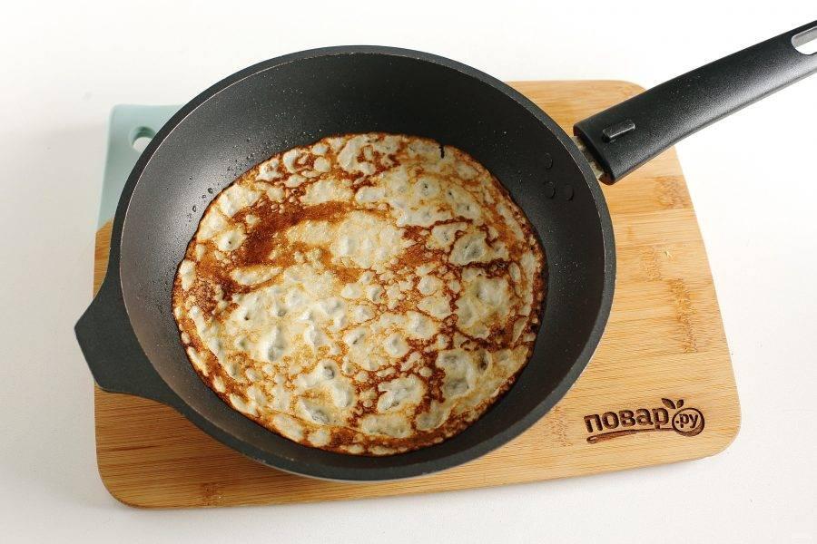 Жарьте блины на разогретой сковороде, смазанной маслом. Каждый раз, как вы будете наливать тесто, перемешивайте его половником, так как овсяная мука оседает.