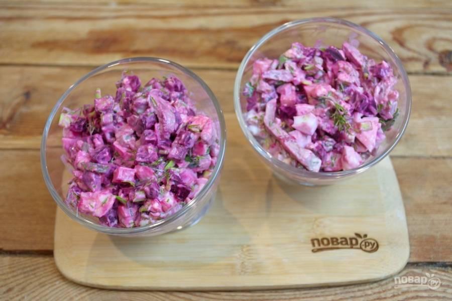 В салат также добавьте соль и черный молотый перец (количество — на свое усмотрение). Заправьте салат майонезом. Хорошо перемешайте его.