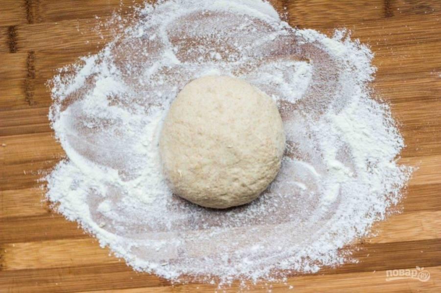 1.Нагрейте воду и добавьте к ней дрожжи, соль, оливковое масло (1 столовую ложку), орегано, затем просейте муку и замесите тесто. Оставьте тесто в миске на 2 часа, затем разделите на 4-5 частей. Одну используйте, а остальные уберите в холодильник и храните до 7 дней.