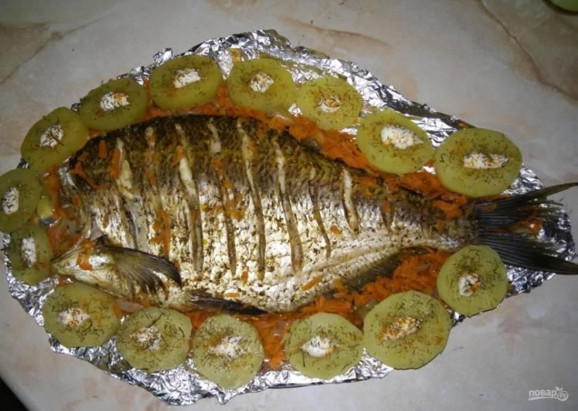 10.Во время запекания рыбки отварил картошку целиком, затем нарезал ее колечками. Рыбку в фольге перекладываю на блюдо, а вокруг выкладываю картошку, добавляю на каждую немного майонеза и посыпаю специями. Приятного аппетита!