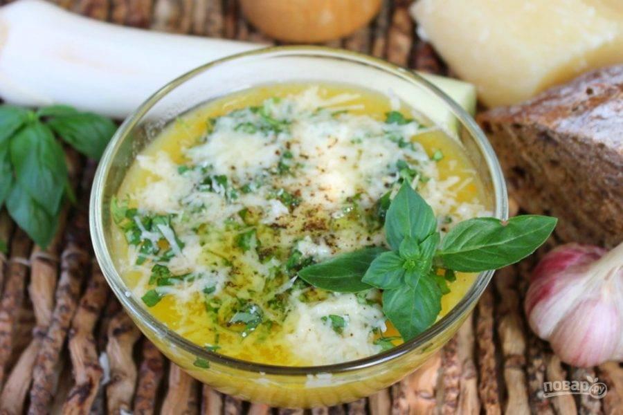 Суп готов, остается добавить немного оливкового масла и поперчить. Подаем горячим, приятного аппетита!