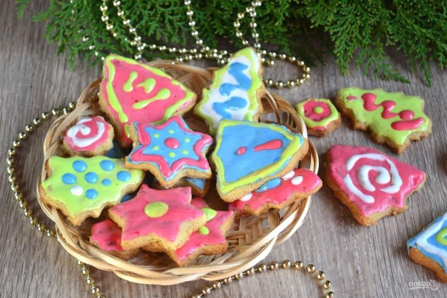Новогоднее печенье с глазурью готово. Оно получилось ярким и очень вкусным. Кушайте с удовольствием!
