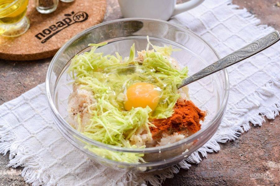 Переложите кабачок в фарш, добавьте яйцо.