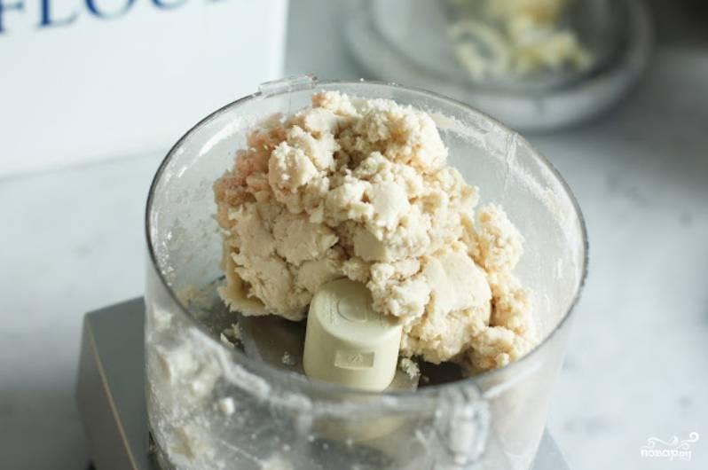 Порубите масло кусочками и сложите в чашу блендера. Добавьте сахар, муку, соль. Взбивайте, добавляя желтки и сливки.