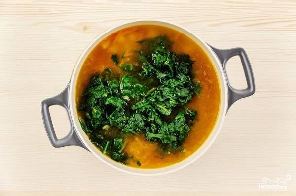 6. Когда картошка станет мягкой, добавьте в кастрюлю шпинат. Доведите до кипения, при необходимости добавьте еще соли. Влейте сок лимона и снимайте кастрюлю с огня. Вот и все, ваш супчик готов к подаче.  Приятного аппетита!