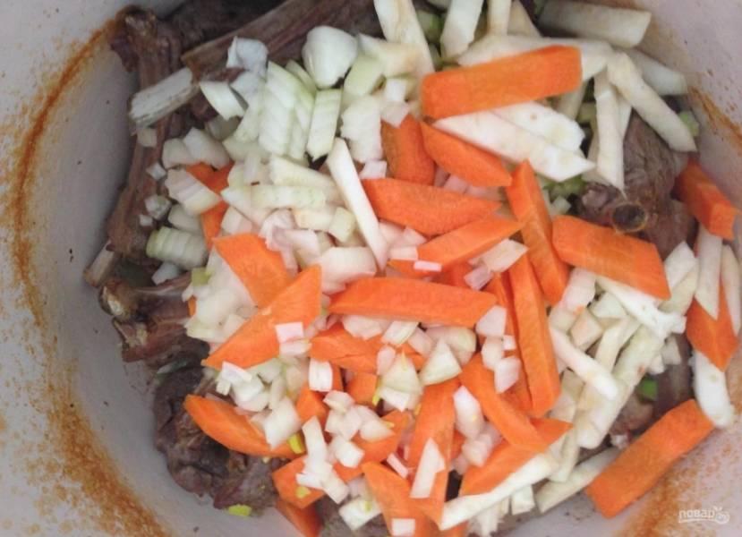 5.Через отведенное время достаю казан из духовки, перемешиваю мясо и добавляю корень и стебель сельдерея, морковку и лук, а также очищенный чеснок. Ставлю обратно в духовой шкаф на 30 минут.
