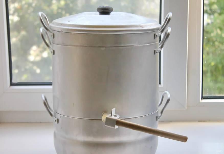 В нижнюю часть соковарки налейте 2-3 литра чистой воды и соберите ее. Вставьте шланг и пережмите его специальным краником. Поставьте на средний огонь и варите все в течение одного часа.