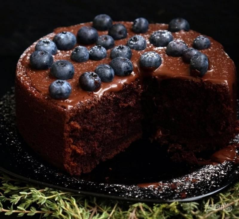 8) Выложите корж на тарелку, сверху смажьте тонким слоем шоколадной пасты, украсьте ягодами голубики. Вкусный шоколадный торт готов! Приятного аппетита!