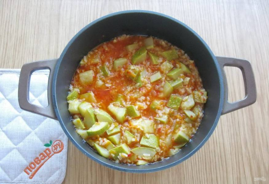 Накройте кастрюлю крышкой и тушите овощи с рисом до готовности 30-35 минут. Когда салат будет готов, влейте две столовые ложки уксуса и перемешайте.