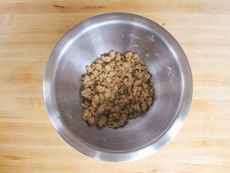 11. Пока сделайте посыпку. Перетрите мягкое масло с сахаром, солью и мукой.