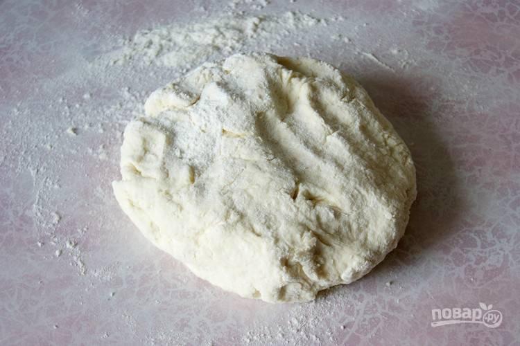 Смешаем творог, яйца и сметану вместе до однородности. Муку в отдельном стакане (или миске) смешайте с разрыхлителем и солью. Смешайте творожную массу с мукой, замешивая плотное эластичное тесто. Только не перебарщивайте с мукой, лучше чуть сильнее присыпать стол при раскатывании.