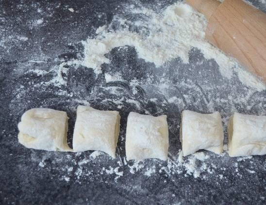 3. Отделить часть теста для первой сковороды пирожков, а остальное на время убрать в холодильник.