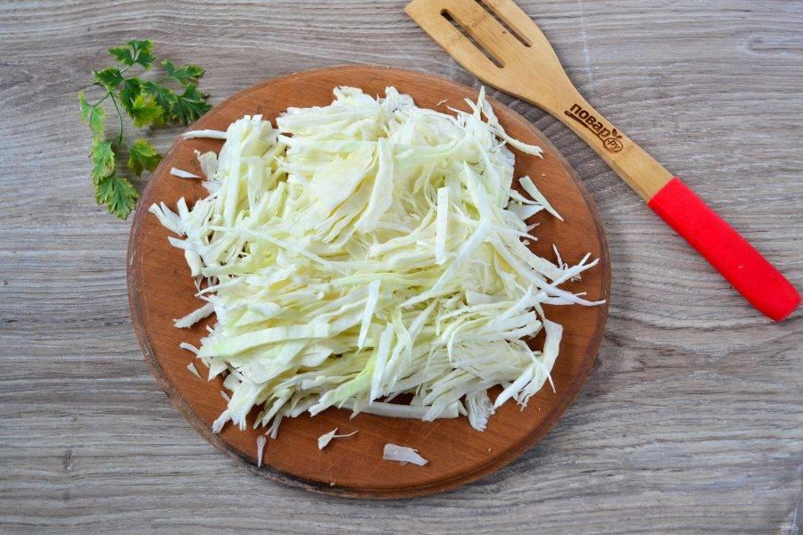 Капусту мелко нашинкуйте ножом или с помощью терки для шинковки.