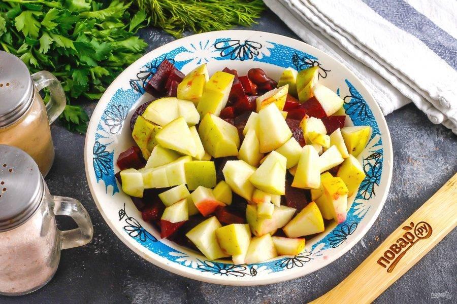 Яблоко промойте, разрежьте на четыре части и срежьте семенные блоки. Нарежьте мякоть кубиками и добавьте в емкость.