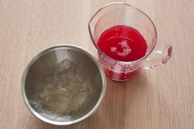 2. Влить растворенный желатин и как следует перемешать все.