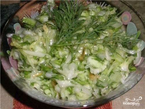 5. Натертый чеснок и поджаренный лук добавить к нарезанной зелени, посолить. Тщательно все перемешать.