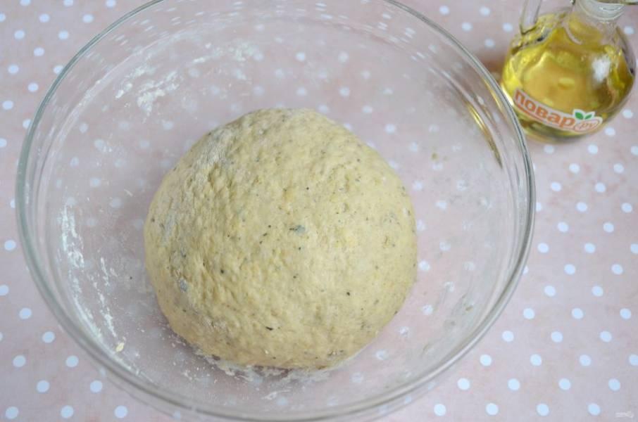 6. Готовое тесто накройте сухой салфеткой, поставьте в теплое место на час.