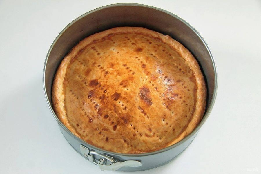 Выпекайте пирог при 180 градусах около 30 минут. Вкусный пирог с зеленым луком и яйцами готов. Можно подавать его сразу же или в остывшем виде.