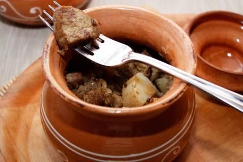 Картофель с говядиной в духовке запекайте 40-50 минут при 180 градусах до готовности мяса.