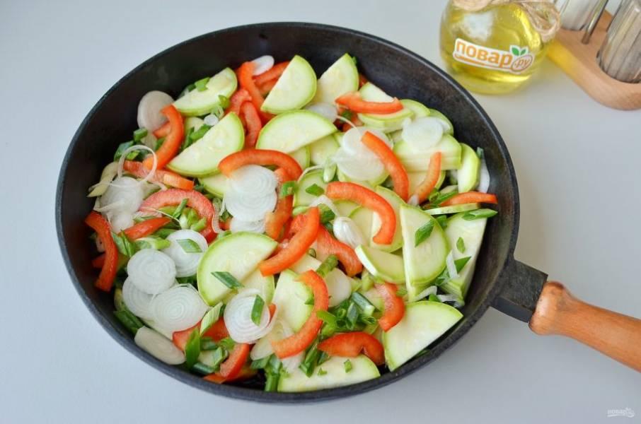 4. Разогрейте растительное масло, обжарьте овощи все сразу в течение 5 минут, периодически перемешивайте.