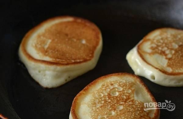 6. На сковороде хорошо разогрейте растительное масло. Выкладывайте столовой ложкой тесто на сковороду и жарьте оладьи под крышкой с двух сторон до румяности. Приятного аппетита!