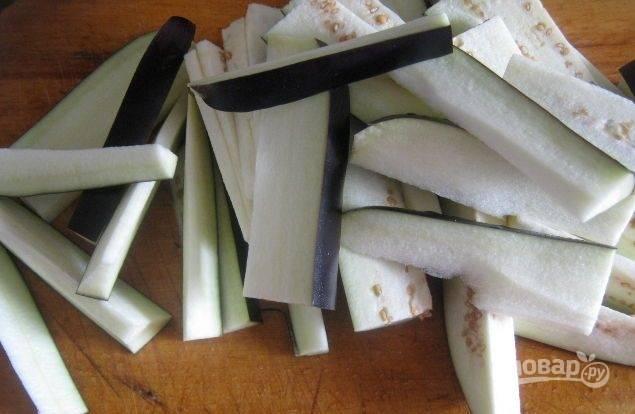Баклажаны помойте, а потом нарежьте продольными полосками.