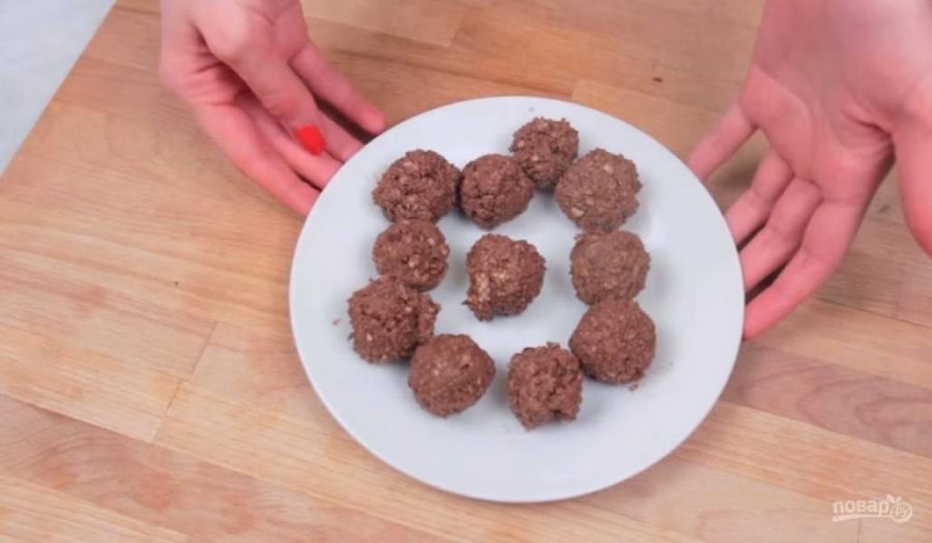 2. Отправьте шоколадную массу в холодильник на 15-20 минут, чтобы потом можно было сформировать конфеты. Из слегка застывшей шоколадной массы сформируйте небольшие конфеты и снова отправьте их в холодильник на 15-20 минут (или в морозилку на 5 минут).