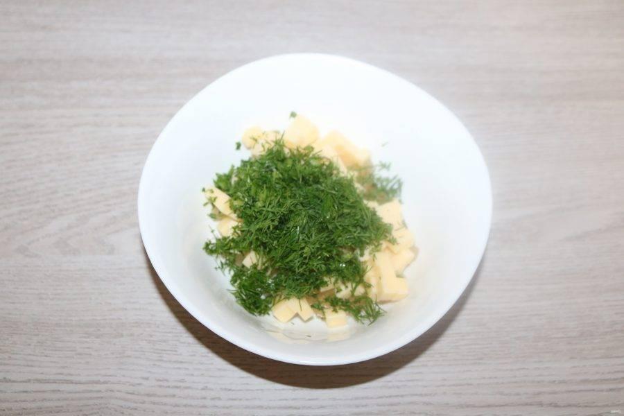 Сыр, ананасы и зелень перемешайте.