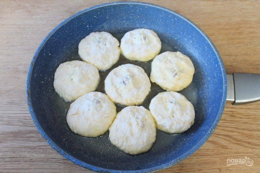 Жарим сырники на рафинированном подсолнечном масле, примерно, по 3 минуты с каждой стороны.