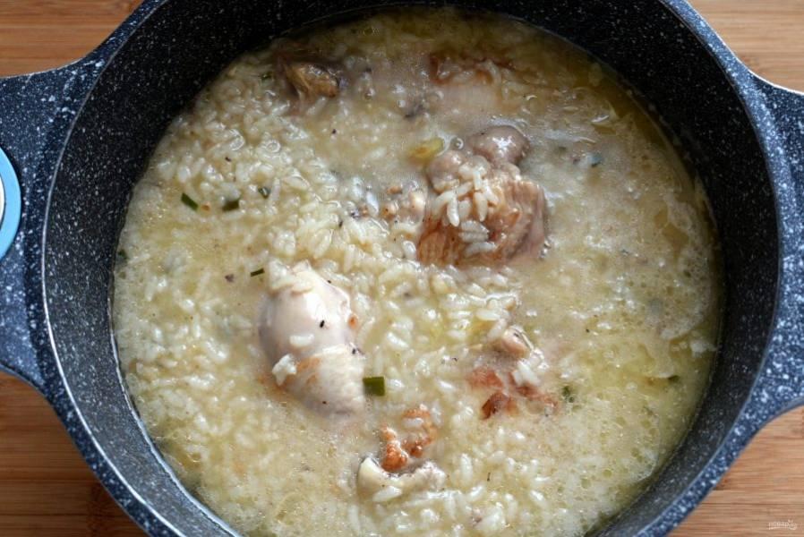 Убавьте  огонь и варите около часа, до готовности курицы и разваривания  риса. Временами помешивайте, чтобы рис не пригорал.