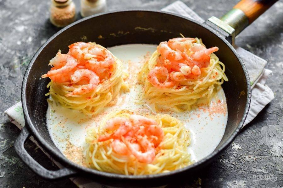 Посыпьте все солью, перцем, добавьте паприку и сухой чеснок.