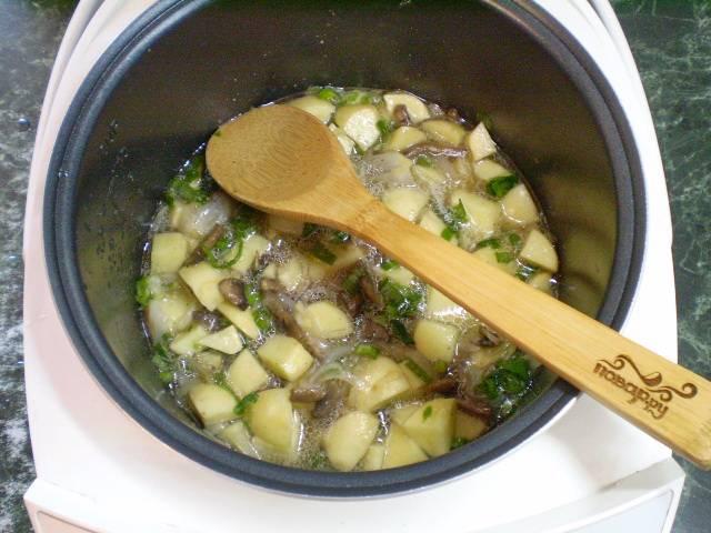 7. Наливаем чуточку воды и тушим картошку с грибами 30-35 минут.
