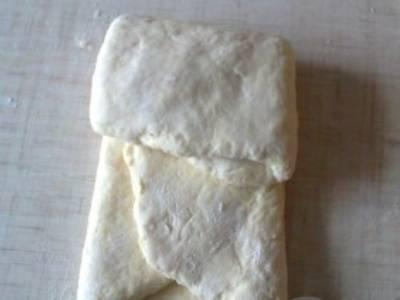 3. Теперь складываем в конверт. Затем раскатываем тесто снова, и посыпаем его смесью соды и муки. Затем снова складываем конвертом. Всего нужно повторить эту процедуру 3 раза.